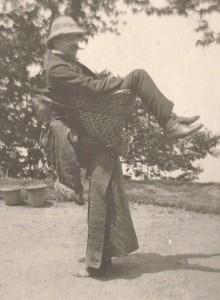Mujer Sikkimese cargando a un Británico a su espalda en el Oeste de Bengala (India) en 1900.