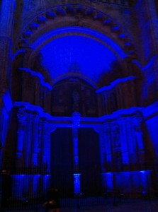 Portal de la Catedral de Palma de Mallorca iluminado de azul