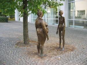 La escultura Bronskvinnorna (Las mujeres de bronce) es una obra de Marianne Lindberg De Geer. Muestra una con anorexia y otra con obesidad. Es una manifestación en contra de la obsesión de la sociedad moderna con la forma en que nos vemos