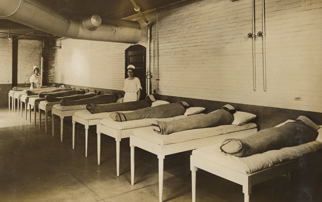 Fotografía: The U.S. National Archives and Records Administration. Tratamiento de pacientes con hidroterapia en el hospital St. Elizabeths en 1880.