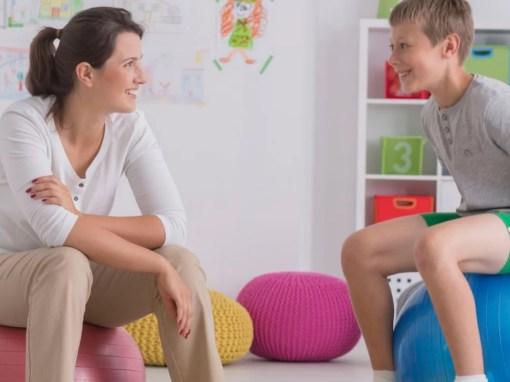 Menino autista em tratamento para estereotipia