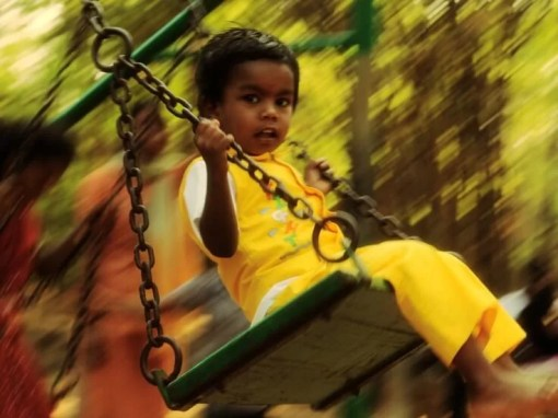 Menino no balanço - Foto: Vinoth Chandar / Creative Commons