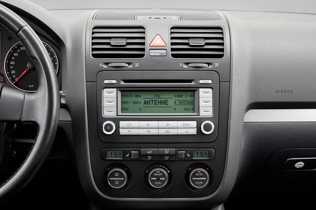 Volkswagen-Golf-multimedia-radio- (5)