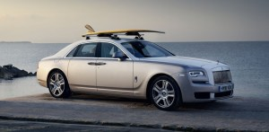 Tohle není fotomontáž, tento Rolls-Royce Ghost má opravdu na střeše surf ze zlata