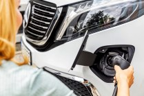 Der neue Mercedes-Benz EQV - Exterieur, Bergkristallweiß metallic, Black Panel-Kühlergrill mit Chromlamellen, Ladeanschluss im Stoßfänger;Stromverbrauch kombiniert: 27,0 kWh/100 km; CO2-Emissionen kombiniert: 0 g/km*, Angaben vorläufig The new Mercedes-Benz EQV – Exterior, Mountain crystal white metallic, black panel radiator grille with chrome fins, charging connection in the bumper;combined power consumption: 27.0 kWh/100 km; combined CO2 emissions: 0 g/km*, provisional figures