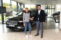 Volvo-XC90-prevzala-Zuzana-Hejnova-z-rukou-Ondreje-Tomsu-obchodniho-reditele-Auto-Palace-Sporilov