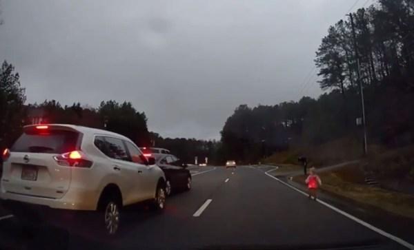 Po rušné silnici se procházelo batole. Zachránil ho kolemjedoucí řidič