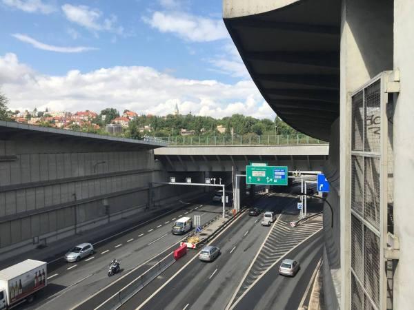 Aut po vyhlášení karantény v ulicích Prahy ubylo. Cyklistů je naopak stále víc