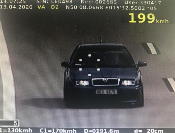 Řidiči si z prázdných silnic dělají závodní dráhu. Policie proto rozdává pokuty jako na běžícím pásu