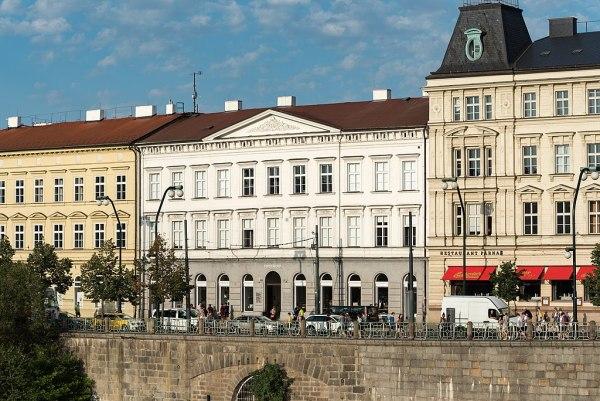 Pražské Smetanovo nábřeží se znovu otevře pro auta. Ale jen v noci