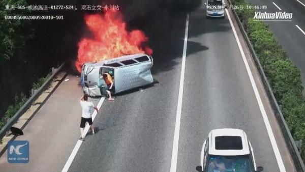 U hořícího auta na dálnici zastavil jediný řidiče. Ostatní posádku nechali svému osudu