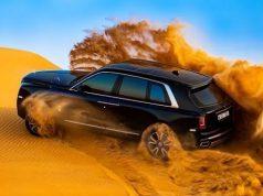 Rolls-Royce Cullinan v pisecnych dunach