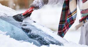 skrabani-celniho-skla-snih-zima