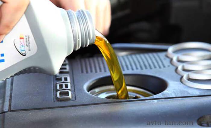 Заливаем масло для двигателя