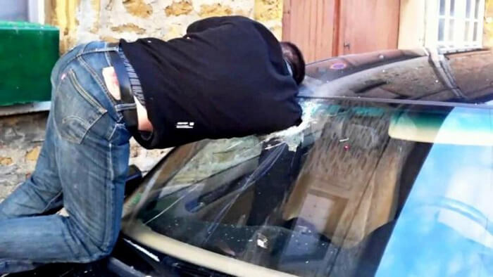 Разбить стекло и открыть дверь