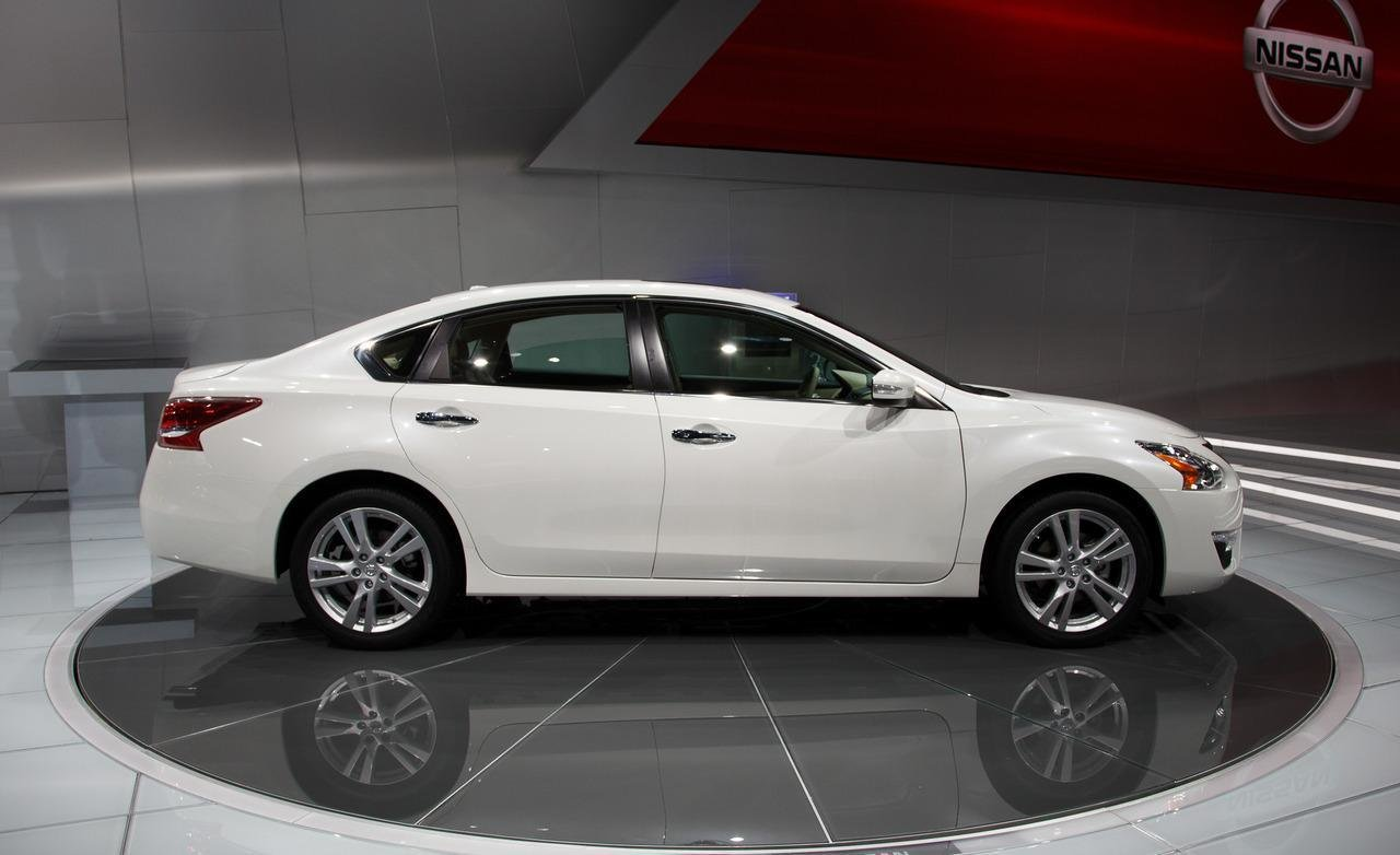 Latest 2013 Nissan Altima 8 Car Background Free Download