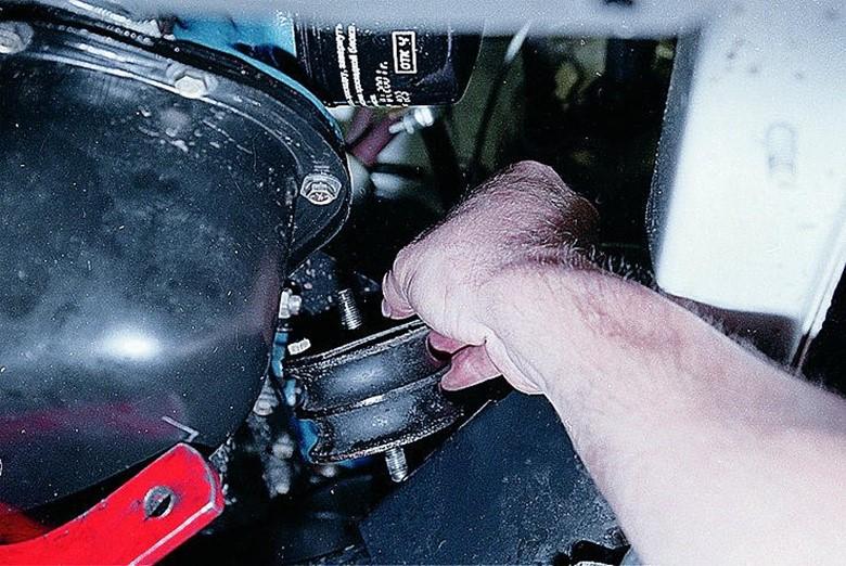 Снимаем подушку двигателя