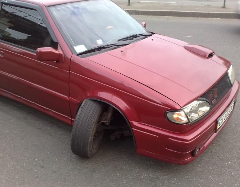Вырванное колесо автомобиля