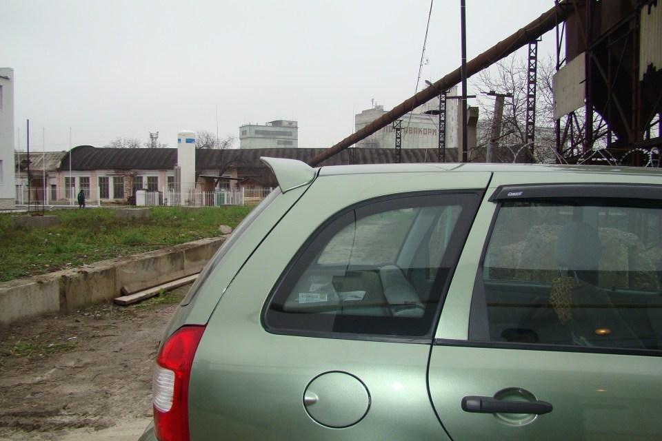 Установленный спойлер на автомобиль