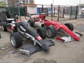 """На киевской Окружной выставили """"болиды Формулы-1"""" из мусора"""