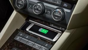 Skoda Superb и Skoda Octavia оснастят беспроводной Qi-зарядкой к телефону