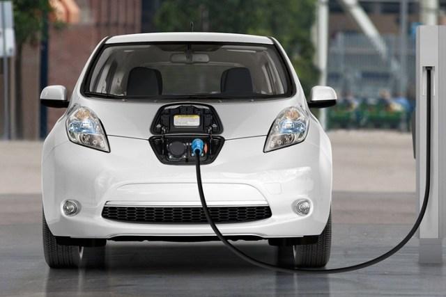 Кабмин арендовал 2 электромобиля Nissan LEAF на 3 месяца