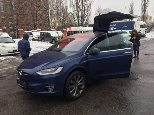 Сэкономил на Nissan LEAF: в Украине растаможили первую Tesla без НДС