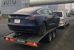 Первая Tesla Model 3 пересекла границу Украины и едет в Киев