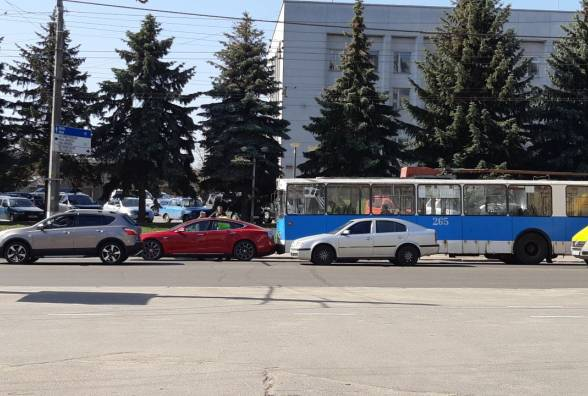 Не выдержал конкуренции: в Виннице троллейбус въехал в Tesla