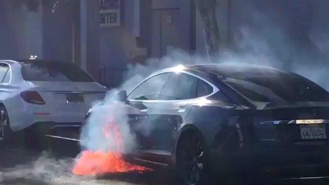 """Режиссер """"Карточного домика"""" чуть не сгорел в электромобиле Tesla: все подробности инцидента"""