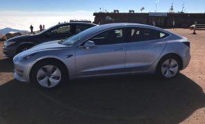 Видео дня: Tesla Model 3 проехала по треку Pikes Peak