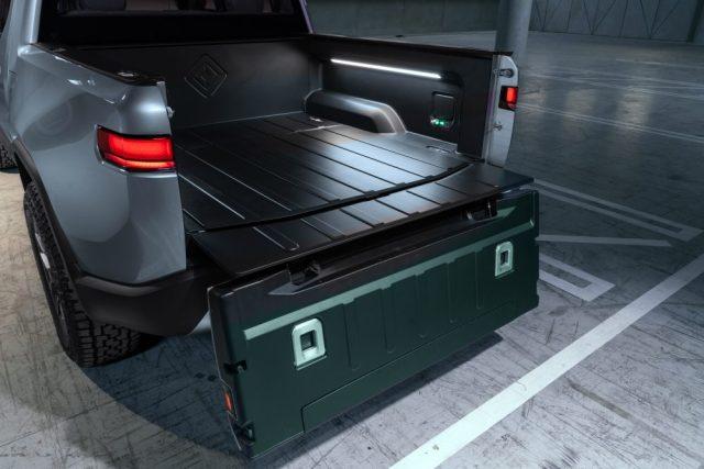 700 лошадок и сквозной багажник: Rivian презентовал первый электропикап