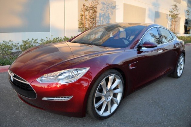 Камин и звук выхлопа: Tesla обновила ПО для электромобилей и встроила в него секретный режим