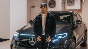 Льюис Хэмилтон оказался за рулем нового электромобиля Mercedes-Benz EQC
