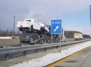 Закамуфлированный электропикап Tesla был случайно замечен на автовозе (фото)