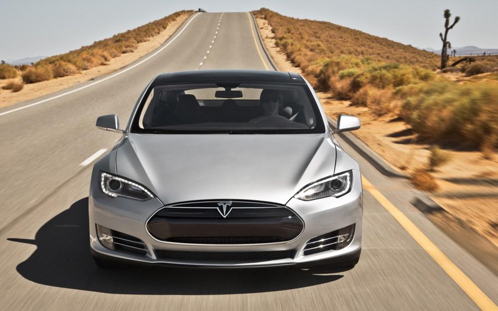 Автопилот Tesla обновили: теперь он будет самостоятельно выбирать полосу для движения