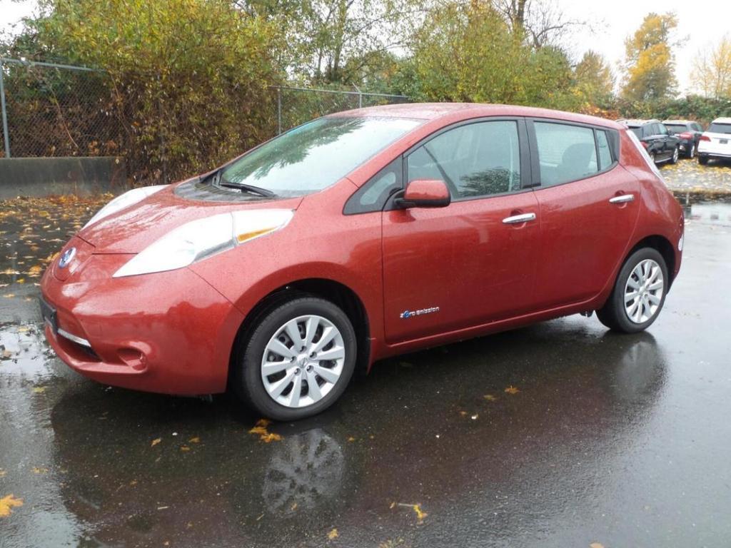 Фото дня: в Виннице засняли электромобиль Nissan Leaf с прицепом