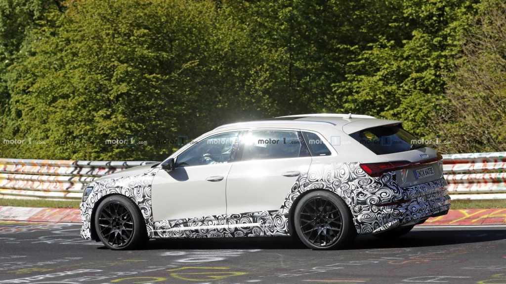 Новый Audi e-tron quattro S попал в объективы фотошпионов до презентации