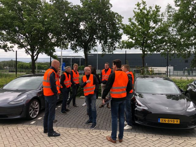 """""""Красные жилеты"""": владельцы Tesla Model 3 устроили митинг против удешевления электромобилей"""