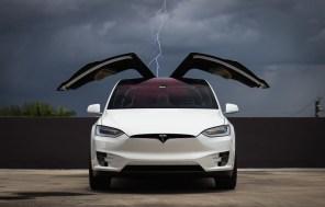 Tesla изменила стандартный цвет электромобилей с черного на белый