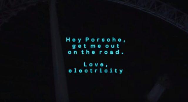 Электромобиль Porsche Taycan получил зашифрованное сообщение от лондонского колеса обозрения: видео