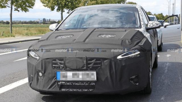 Фотошпионы разглядели гибридный Hyundai Elantra сквозь камуфляж