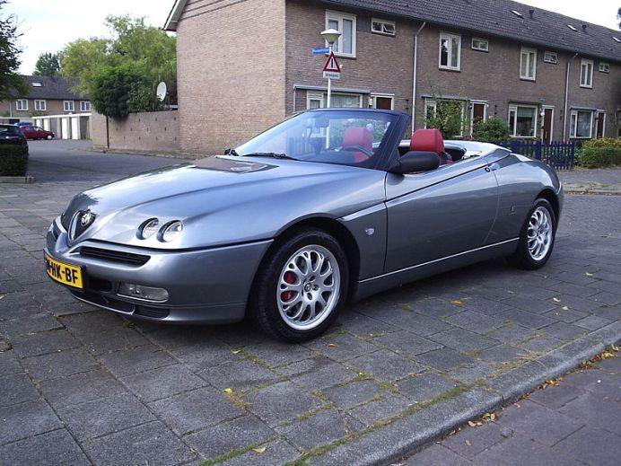 800px-Alfa_Romeo_Spider_2002