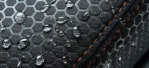 オレンジのステッチが施工された撥水加工のブラックシート