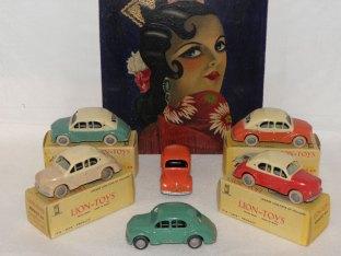 Lion-Toys multicolores sous le regard de Carmen