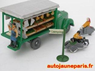 Le camion Borgward arrive au Camping Tentstation Berlin