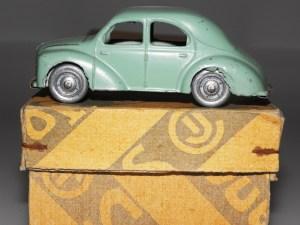 C-I-J Renault 4cv 1949 roues zamac avec défauts d'ébardage.