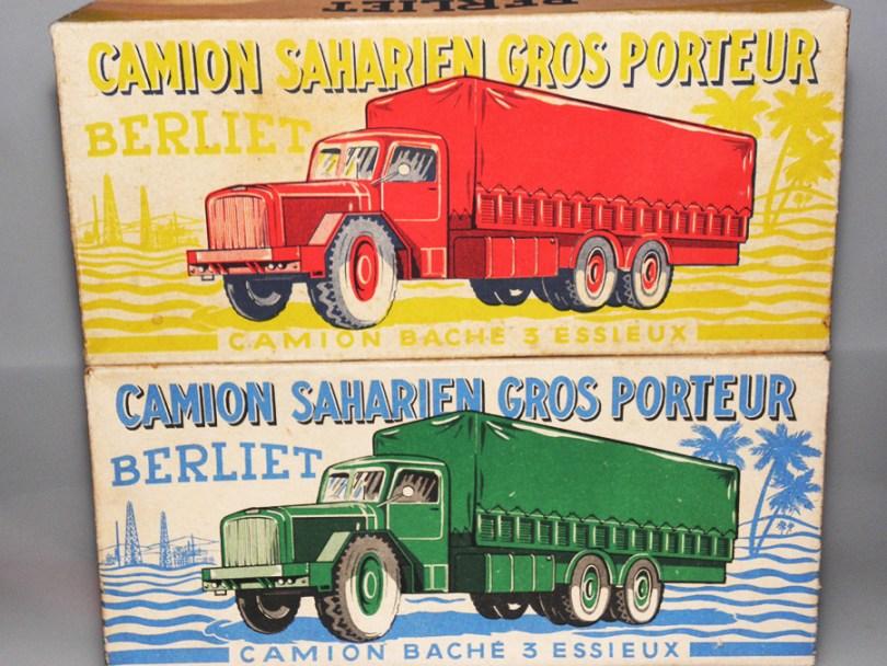 les deux variantes de boîte . Celle avec le camion dessiné de couleur rouge est peu fréquente