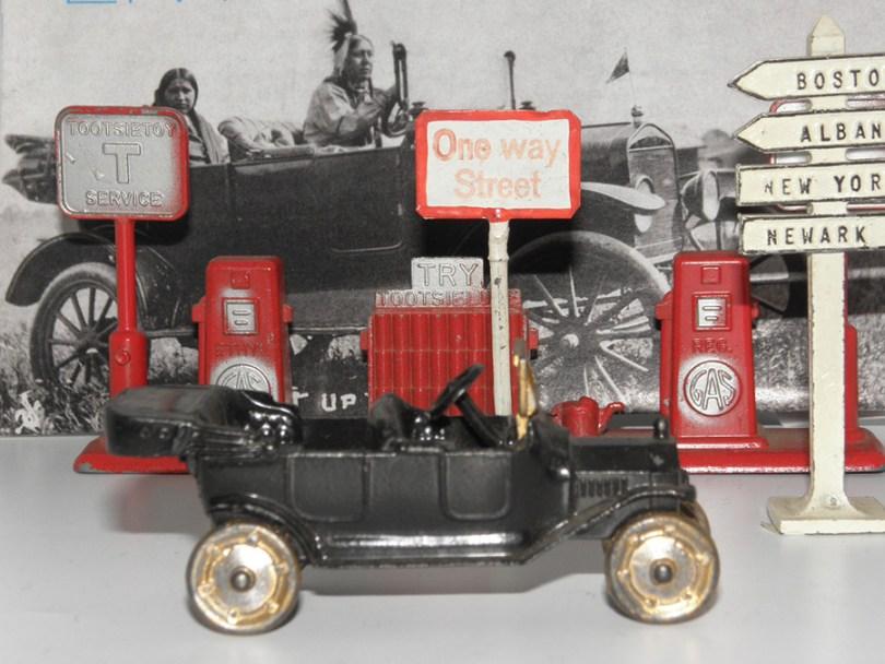 Tootsietoys Ford T devant la pompe à essence