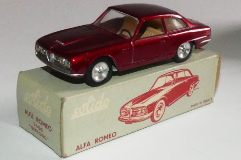 Solido Alfa Romeo 2600 (variante de phares moulés) et jantes en acier chromé et variante d'intérieur